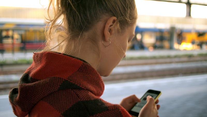 Votre ado passe encore plus de temps sur son smartphone ?